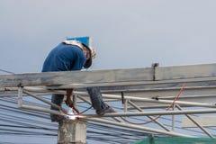 Trabalhadores da construção que instalam o molde do feixe O molde é ficado situado no nível elevado Imagem de Stock