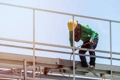 Trabalhadores da construção que instalam o molde do feixe O molde é ficado situado no nível elevado Fotos de Stock Royalty Free
