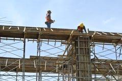 Trabalhadores da construção que instalam o molde do feixe Foto de Stock Royalty Free