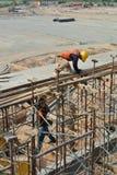 Trabalhadores da construção que instalam o molde do feixe Imagens de Stock