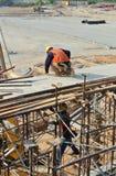 Trabalhadores da construção que instalam o molde do feixe Fotos de Stock