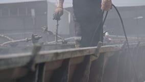 Trabalhadores da construção que limpam moldes do cimento armado vídeos de arquivo