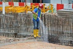 Trabalhadores da construção que pulverizam o tratamento químico da anti térmita Imagem de Stock Royalty Free
