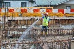 Trabalhadores da construção que pulverizam o tratamento químico da anti térmita Imagem de Stock