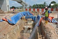 Trabalhadores da construção que pulverizam o tratamento químico da anti térmita Foto de Stock Royalty Free
