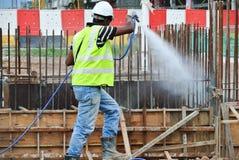 Trabalhadores da construção que pulverizam o tratamento químico da anti térmita Fotos de Stock Royalty Free