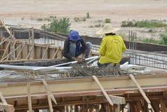 Trabalhadores da construção que trabalham com barra do reforço Fotografia de Stock Royalty Free