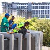 Trabalhadores da construção que trabalham na fachada da construção fotos de stock