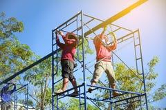 Trabalhadores da construção que trabalham no andaime imagem de stock royalty free