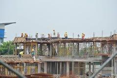 Trabalhadores da construção que trabalham no canteiro de obras Imagens de Stock Royalty Free