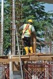Trabalhadores da construção que trabalham no nível elevado Imagens de Stock Royalty Free