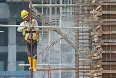 Trabalhadores da construção que trabalham no nível elevado Foto de Stock Royalty Free