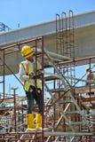 Trabalhadores da construção que trabalham no nível elevado Imagem de Stock