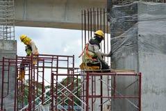 Trabalhadores da construção que trabalham no nível elevado Fotos de Stock