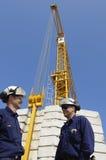 Trabalhadores da construção e guindastes Fotos de Stock Royalty Free