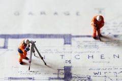 Trabalhadores da construção modelo que constroem os planos B Fotografia de Stock Royalty Free