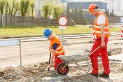 Trabalhadores da construção que trabalham junto Imagens de Stock Royalty Free
