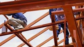 Trabalhadores da estrutura do metal no feixe Imagens de Stock Royalty Free