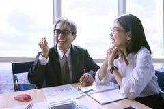 Trabalhadores da felicidade na sala de reunião para bem sucedido e bom Foto de Stock Royalty Free
