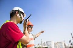 Trabalhadores da refinaria que olham a refinaria Fotografia de Stock Royalty Free