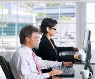 Trabalhadores de escritório com computadores fotografia de stock