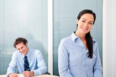 Trabalhadores de escritório felizes fotos de stock