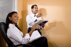 Trabalhadores de escritório Multi-ethnic que prestam atenção à apresentação Imagem de Stock Royalty Free