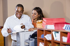 Trabalhadores de escritório Multiracial que trabalham em originais Imagem de Stock