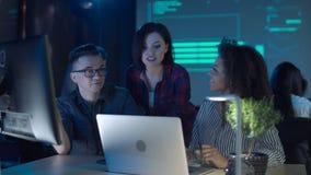Trabalhadores de escritório que cooperam no portátil video estoque