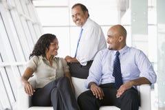 Trabalhadores de escritório que encontram-se na entrada Fotografia de Stock