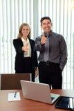 Trabalhadores de escritório que mostram os polegares acima Fotos de Stock