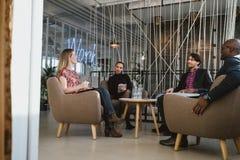 Trabalhadores de escritório que têm uma reunião na entrada foto de stock royalty free