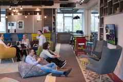 Trabalhadores de escritório Startup que jogam jogos de computador Fotografia de Stock