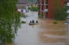 Trabalhadores de salvamento no barco durante inundações Fotos de Stock Royalty Free