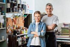 Trabalhadores de sorriso que estão os braços cruzados no papel Imagem de Stock
