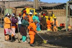 Trabalhadores de um moinho de madeira Fotos de Stock Royalty Free