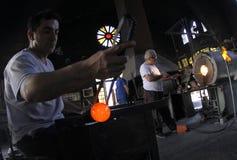 Trabalhadores de vidro do blowery na oficina fotografia de stock