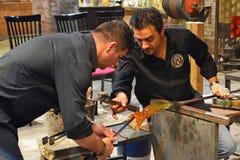 Trabalhadores de vidro de Murano que fazem o vaso Fotos de Stock Royalty Free