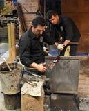 Trabalhadores de vidro de Murano que fazem o vaso Foto de Stock