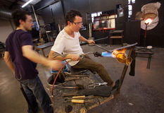 Trabalhadores de vidro que usam o maçarico Foto de Stock Royalty Free