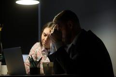 Trabalhadores desapontados virados com crise da empresa no mercado imagem de stock royalty free