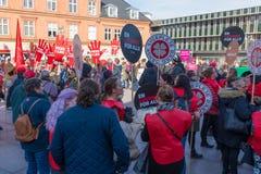 Trabalhadores dinamarqueses do governo que protestam para melhores condições de trabalho foto de stock