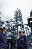Trabalhadores do óleo dentro da grande refinaria química Fotografia de Stock Royalty Free