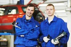 Trabalhadores do auto mecânico do reparador foto de stock