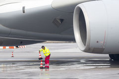 Trabalhadores do avião de Lufthansa Airbus A380 Imagem de Stock