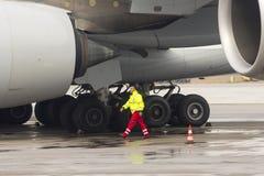 Trabalhadores do avião de Lufthansa Airbus A380 Fotografia de Stock Royalty Free