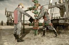 Trabalhadores do campo petrolífero Foto de Stock Royalty Free