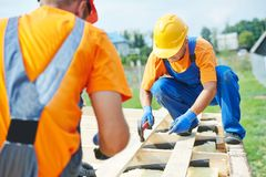 Trabalhadores do carpinteiro no telhado Foto de Stock Royalty Free