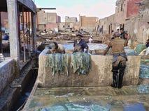 Trabalhadores do curtume em C4marraquexe Marrocos imagem de stock