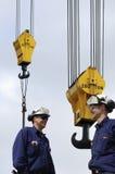 Trabalhadores do local e ganchos do guindaste Imagem de Stock Royalty Free